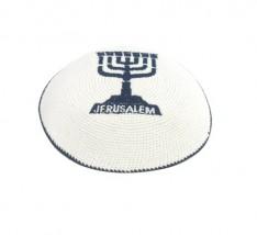 Kipah de crochê branco - Menorah e Jerusalém
