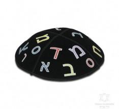 Kipah de camurça com alfabeto colorido